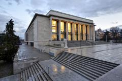 Divadlo má v průčelí předložené pilíře, mezi nimi jsou nad vstupy umístěny balkony s tepaným zábradlím od Evy Zoubkové-Klementové a Olbrama Zoubka