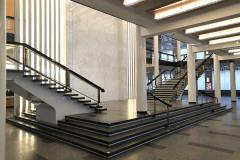 Vstupní a společenské prostory jsou rozloženy do tří podlaží propojených halou a dvěma jednoramennými schodišti