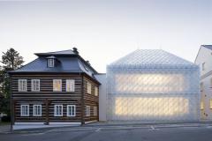 Plášť i střechu jedné z novostaveb pokrývají skleněné tvarovky. Vznikl tak objekt, který svým výtvarným řešením odkazuje na tradici sklářství a zároveň vytváří novou identitu místa