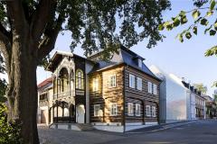 Palackého náměstí nese atmosféru rozmachu Nového Boru v 19. století. Architektonický návrh vycházel z tvaru a proporcí obou historických staveb, novostavba se skleněnou fasádou abstrahuje podstávkový sklářský dům
