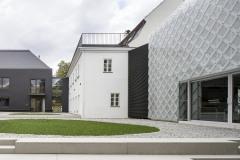 Skleněný dům slouží jako jednací a výstavní prostor, prodejna a vzorkovna, černý dům jako sklářská dílna. Jeho střecha i plášť jsou z vláknocementových šablon