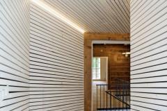 Historické domy byly adaptovány pro kancelářský provoz. Jejich interiéry mají charakter za sebou řazených komnat