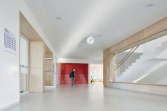Interiéry tvoří volně plynoucí prostor, který vytváří přirozeně ohraničené zóny s rozdílnou mírou intimity podle plánovaného využití