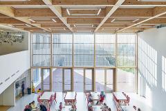 Dvoupodlažní multifunkční jídelna v centrálním objektu, volně navazující na vstupní foyer
