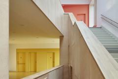 Pro celkový charakter interiéru byla důležitá práce se dřevem. Použito bylo jako konstrukční materiál nad vstupním vestibulem a jídelnou, na obkladech stěn, nábytkových vestavbách a na parapetech.