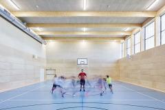 Mimoškolní využití nabízí i tělocvičny, venkovní sportoviště a školní knihovna