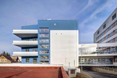Se sousední budovou je nový pavilon propojen dvěma prosklenými koridory