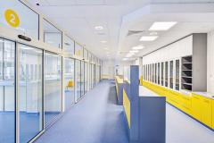 Vstupní podlaží, kde se nachází příjem pacientů, je přehledné, díky hladkým a příjemným povrchům čisté, barevně vyvážené