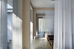 První část pavilonu patří ajurvédě, prostory jsou maximálně prosklené, stíní je bělostné závěsy