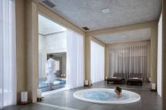 V druhé části je wellness centrum s bazénem, vířivkou a saunou