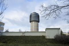 Nejvyšší část budovy modelují horizontální lamely