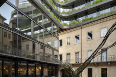 Příjemný dvůr do značné míry formuje barokní palác, zelené terasy novostavby mu dodávají dynamiku