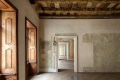 Barokní interiéry: dochované záklopové stropy jsou nyní odkryté, malby na stěnách nebyly doplněny, ale zůstaly přiznány – někde jen v sondách, jinde ve vybledlých barvách