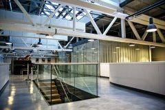 Propojení obou vestaveb autoři projektu vyřešili novou konstrukcí skleněné podlahy