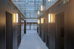 Nové prostory byly umístěny do průmyslové haly se záměrem ponechat jim industriální vzhled s úkolem naplnit požadavky funkčního a provozního zadání