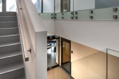 Hlavní schodiště vyřešila architektka Irena Schusterová jako elegantní čisté linie