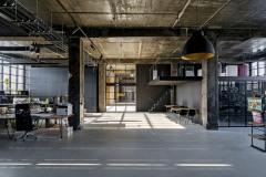 Autoři projektu se rozhodli zachovat industriální charakter budovy, proto ponechali betonové konstrukce nosných sloupů a stropů přiznané