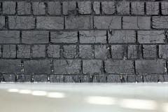 Původní zdivo doplňuje litá podlaha