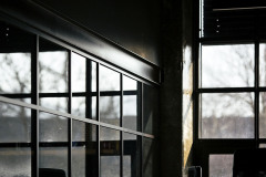 Nová ocelová okna mají pravidelné, téměř čtvercové členění