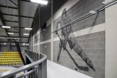 Interiér vymezují stěny z liaporových tvárnic, které slouží jako sympatický podklad pro dvě vyobrazení hokejisty a krasobruslařky