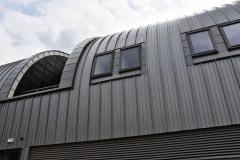 V kovem obloženém tunelu jsou jen občas v patře prolomena okna a mezi nimi několik atrií