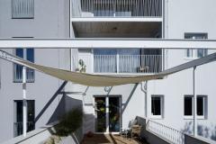 Potvrdilo se, že i malá rekonstrukce může být komplikovanější než novostavba. Architekti z atelieru ORA se maximálně snažili přizpůsobit charakteru stavby. Největším viditelným vstupem je kovová subtilní konstrukce ohraničující prostor teras, zaklíněná do stávajícího objemu.