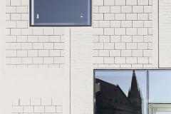 Technická hala se otevřela okolí a výhledům na kostel a město díky sestavě asymetrických oken, která jsou rozmístěna tak, aby podtrhla rozčlenění interiéru