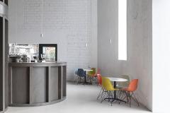 Proporce a rozmístění nových oken v technické hale záměrně nekorespondují s původním členěním fasády bez estetické či historické hodnoty